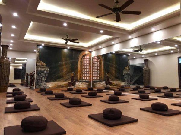 khong-gian-phong-tap-yoga-rong-rai-thoang-mat